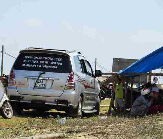 Yêu cầu giải quyết khẩn vụ dân giam xe phản đối dự án điện mặt trời - Ảnh 1.