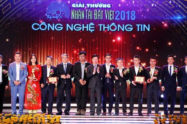 Ông Võ Văn Thưởng – Ủy viên Bộ Chính trị, Bí thư Trung ương Đảng, Trưởng Ban Tuyên giáo Trung ương và ông Trần Mạnh Hùng – Chủ tịch Hội đồng Thành viên Tập đoàn Bưu chính Viễn thông Việt Nam (VNPT) trao giải Nhì lĩnh vực CNTT.