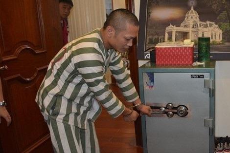 Một đạo chích thực nghiệm hành vi phá két sắt lấy tiền và tài sản (ảnh N.D)