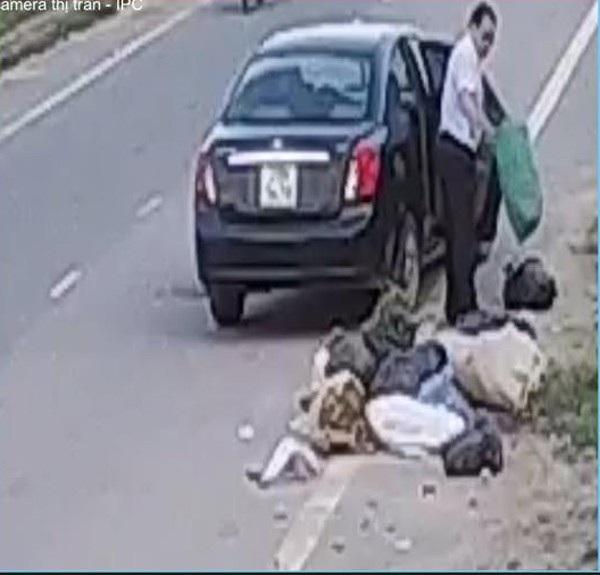 """Cộng đồng mạng """"lùng sục"""" người đàn ông lái ô tô vứt hàng chục bao rác ra đường - Ảnh 2."""