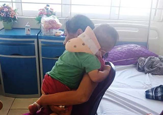Cháu bé không gặp thương tích nghiêm trọng nhưng tinh thần rất hoảng loạn sau khi bị bố đưa lên mái nhà rồi rơi xuống mái tôn trước khi bị ném xuống đất.
