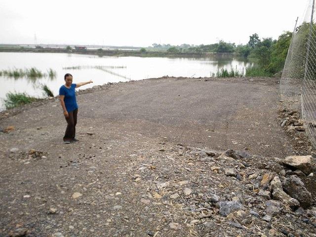 Diện tích đất xây dựng nhà văn hóa thôn Phú Cường vào năm 2017 khi đang san lấp mặt bằng nằm chơi với bên sông nước.
