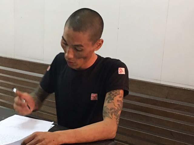 Lê Ngọc Hà viết lời khai tại cơ quan điều tra Công an TP Vinh. Hà cho biết, thời điểm đó đang đưa con đi tìm vợ.
