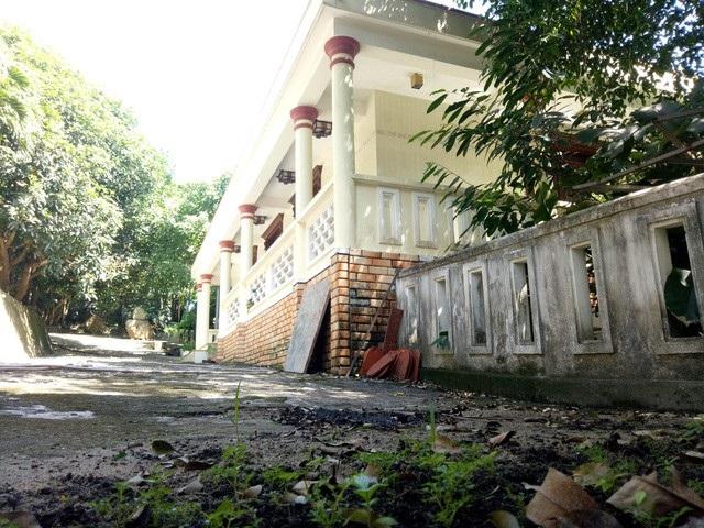 Biệt phủ xây dựng trái phép của đại gia vàng Ngô Văn Quang ở chân núi Hải Vân (quận Liên Chiểu, Đà Nẵng) sau 3 năm kể từ khi chính quyền địa phương quyết định buộc tháo dỡ vẫn còn nhiều hạng mục công trình kiên cố bên trong
