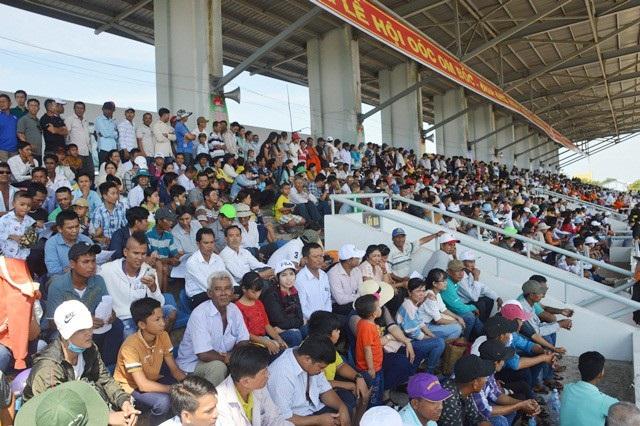 Hào hứng đua ghe Ngo với sự cổ vũ của hàng ngàn khán giả.