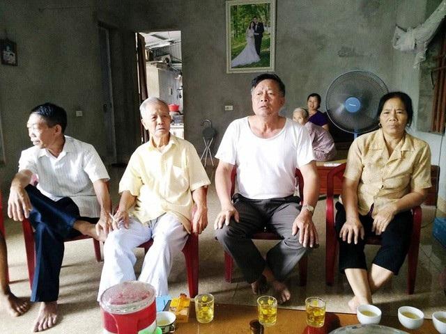 Người dân thôn Phú Cường trong buổi làm việc với PV Dân trí tháng 9/2017, bức xúc trước việc quyền lợi chính đáng của người dân không được đáp ứng.