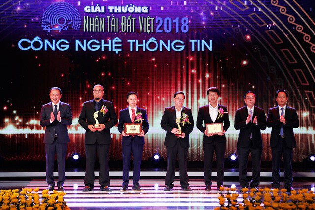 Ông Lê Hồng Hà - Phó Tổng Giám đốc Vietnam Airlines (ngoài cùng, bên trái) cùng Bộ trưởng Bộ Khoa học và Công nghệ Chu Ngọc Anh - trao giải Ba CNTT cho các nhóm tác giả đoạt Giải thưởng Nhân tài Đất Việt