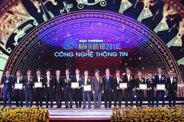 Tổng Giám đốc Jetstar Pacific Nguyễn Quốc Phương cùng TBT Báo điện tử Dân trí trao giải cho các nhóm tác giả đạt giải Khuyến khích - lĩnh vực CNTT.
