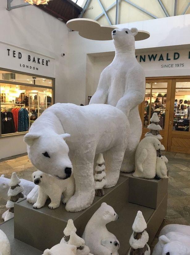 Kỳ lạ trang trí Giáng sinh với cảnh sinh hoạt tình dục của gấu Bắc cực - 1