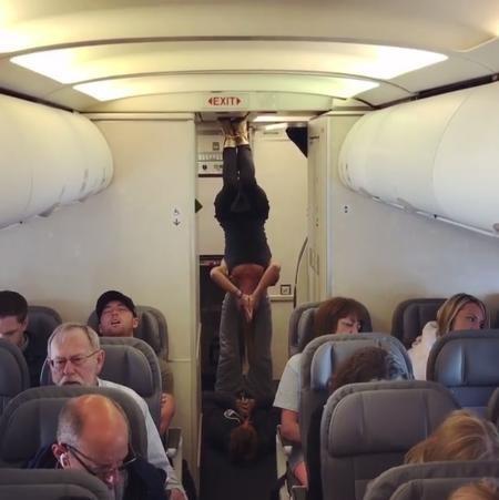 Hai tín đồ thể dục đã tập yoga ngay trên máy bay