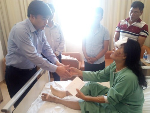 Đoàn công tác Bộ GD&ĐT thăm hỏi động viên mẹ em Phạm Thị Ngọc Thảo tại bệnh viện
