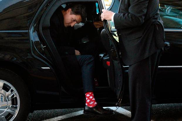 Thủ tướng Justin Trudeau đi đôi tất có hình lá phong - biểu tượng của Canada. (Ảnh: Reuters)