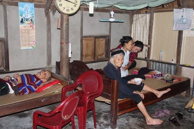Cụ Hương, 85 tuổi, một tai bị điếc không còn nghe rõ, người ốm yếu lại đang phải gồng mình chăm nuôi chồng 91 tuổi bị bệnh tim và con gái không chồng con bị lao phổi, trụy tim.