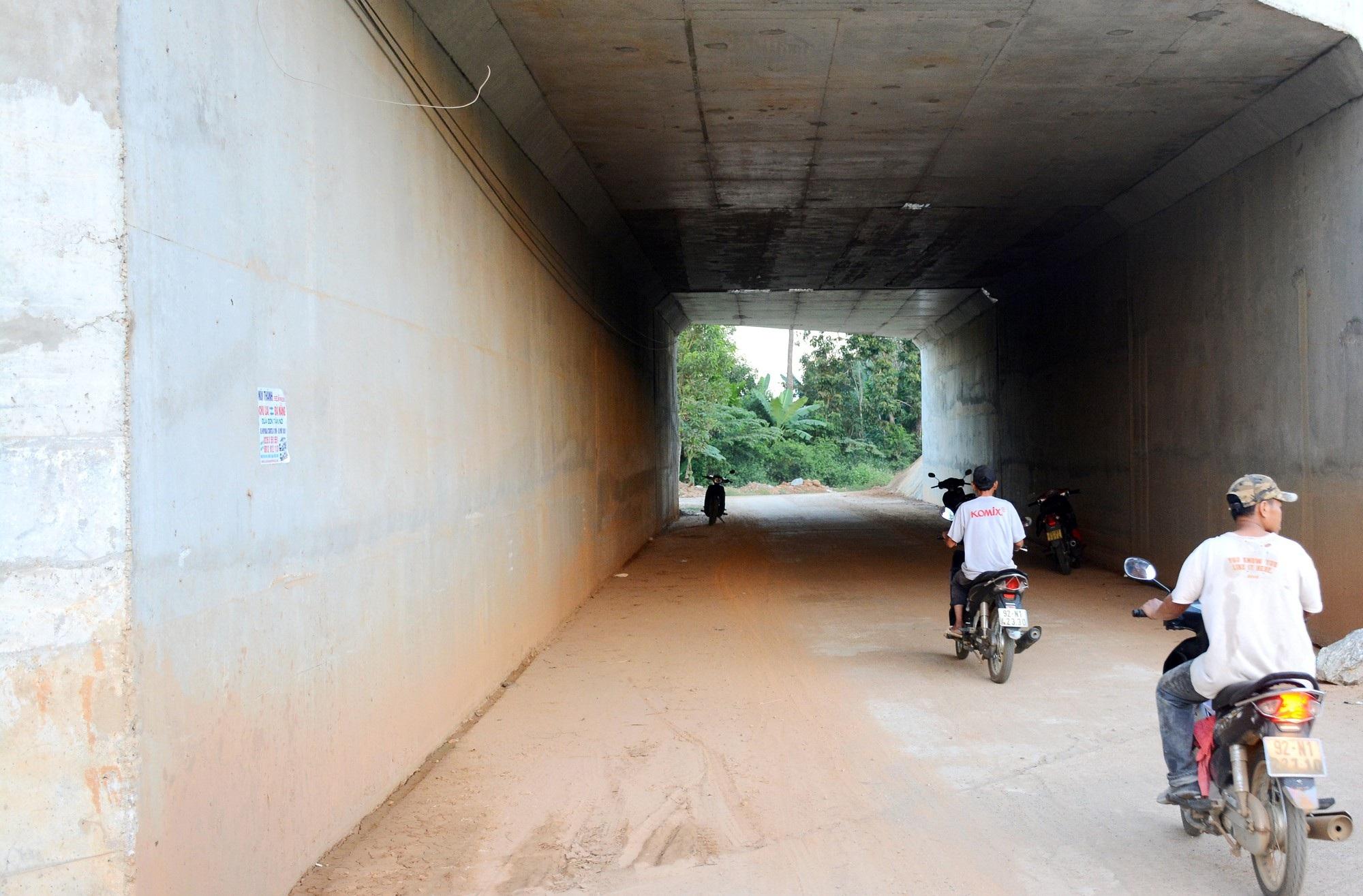 Chống thấm hầm chui cao tốc Đà Nẵng - Quảng Ngãi bằng... băng keo? - Ảnh 1.