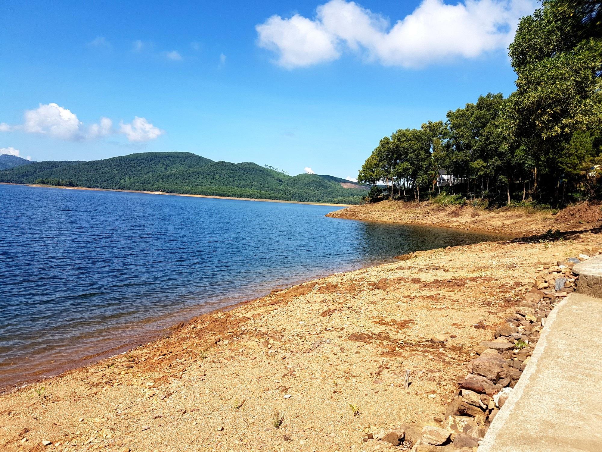 Hồ thủy lợi Phú Ninh khô cạn giữa mùa mưa - Ảnh 1.