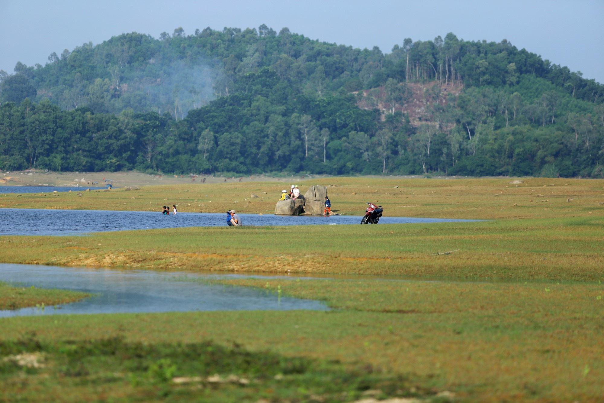 Hồ thủy lợi Phú Ninh khô cạn giữa mùa mưa - Ảnh 4.