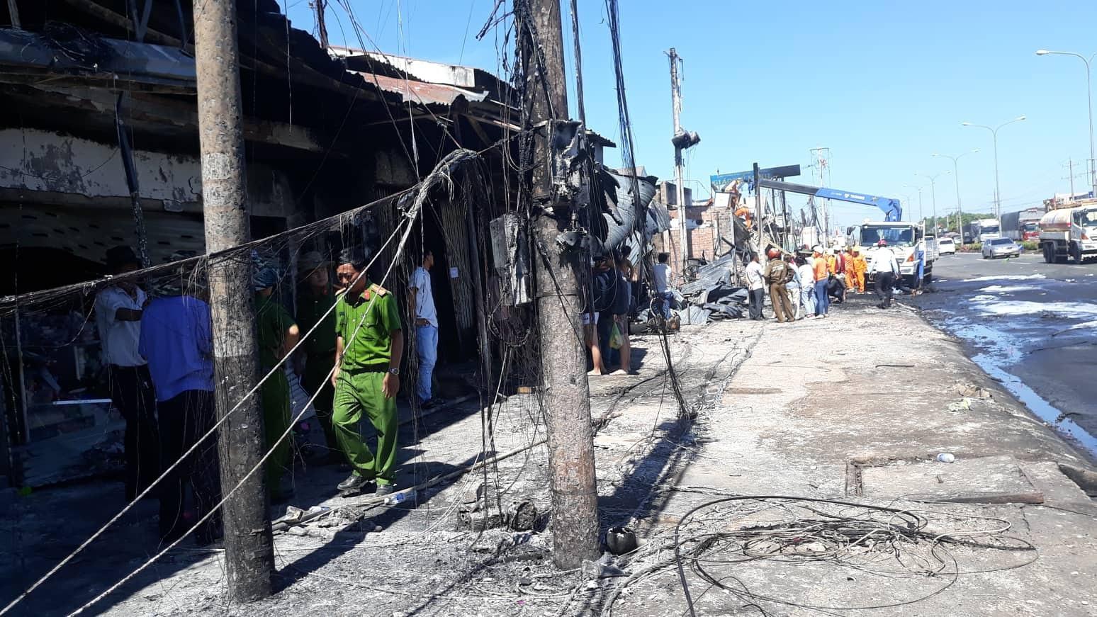 Người đàn ông bán trái cây mất cả vợ và 2 con trong đám cháy 19 căn nhà - Ảnh 5.