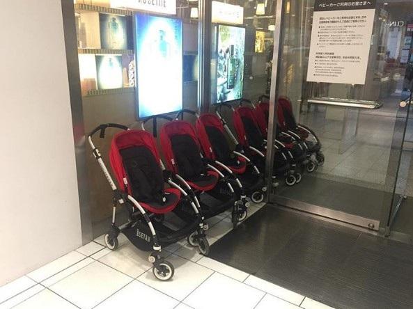 Ở một số trung tâm thương mại hay các địa điểm công cộng thậm chí còn trang bị xe đẩy trẻ em, dành cho gia đình có trẻ nhỏ. Du khách có thể sử dụng tại một số khu vực nhất định và trả lại ở cửa ra.
