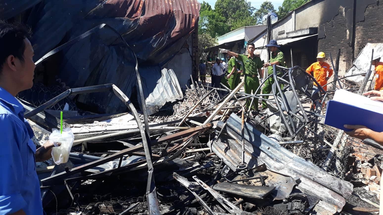Người đàn ông bán trái cây mất cả vợ và 2 con trong đám cháy 19 căn nhà - Ảnh 3.