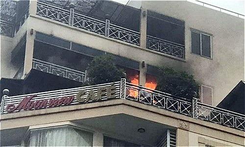 Giải cứu 6 người mắc kẹt trong vụ cháy khách sạn 10 tầng trên phố cổ - Ảnh 1.