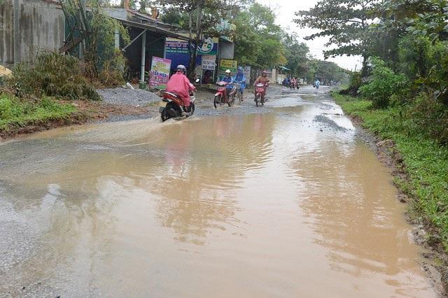 Những vũng nước lớn án ngữ giữa đường