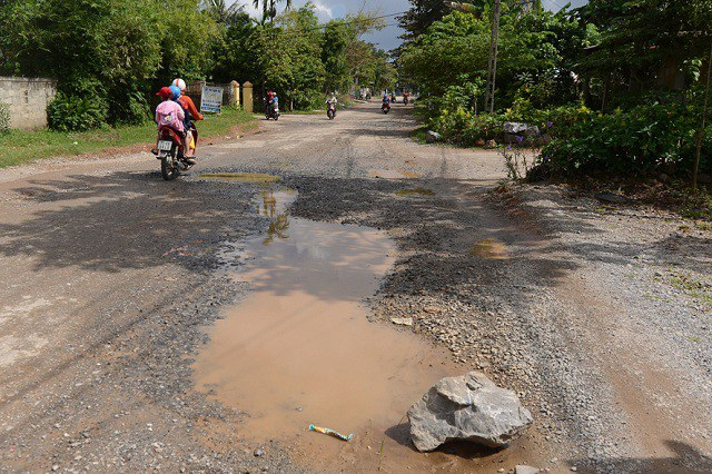 Biện pháp khắc phục của chính quyền địa phương chúng chỉ là trám đá dăm vào những đoạn hư hỏng nặng.
