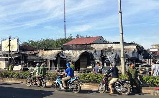 19 căn nhà liền kề của người dân bên quốc lộ bị cháy lây.