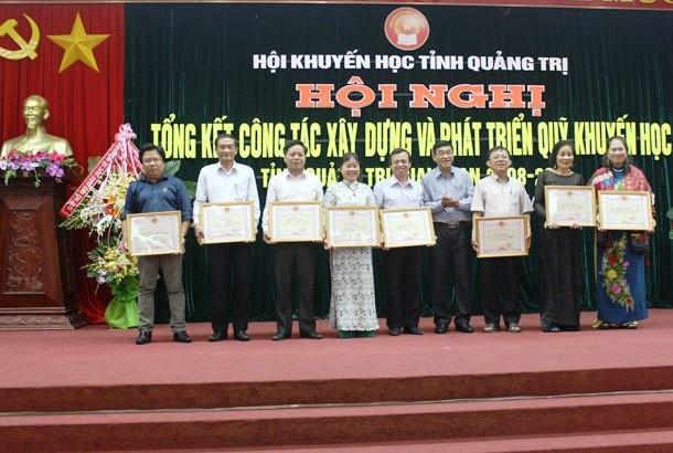 """Trung ương Hội Khuyến học Việt Nam đã tặng kỷ niệm chương """"Vì sự nghiệp khuyến học"""" cho 9 cá nhân."""