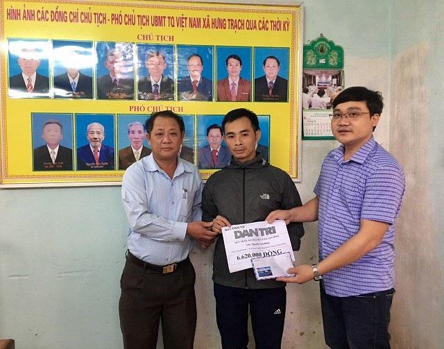 Phóng viên Dân trí cùng Lãnh đạo MTTQVN xã Hưng Trạch trao quà của bạn đọc cho gia đình anh Đông.