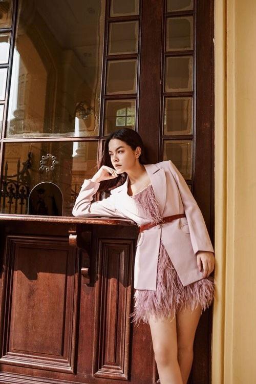 Mới đây, nữ ca sĩ gây ấn tượng mạnh khi tái xuất với nhan sắc vừa quyến rũ và phong cách thời trang vô cùng cuốn hút.