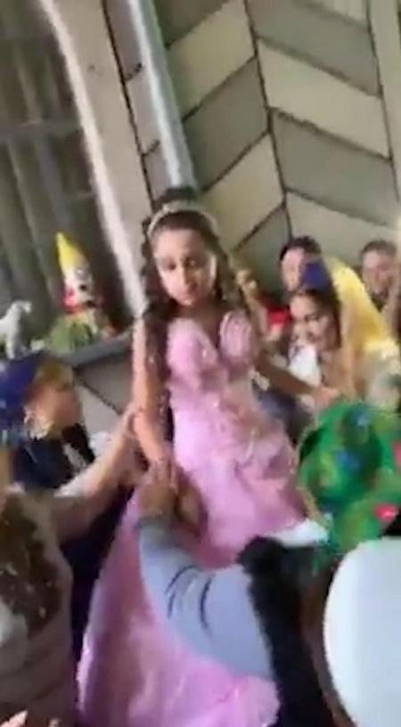 Đám đông đua nhau chạm vào cô dâu