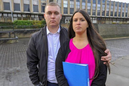 Hai vợ chồng bên ngoài tòa án, nơi họ được thông báo sẽ được gửi cho một bản cảnh cáo.