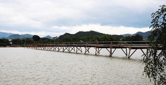 Cầu gỗ Phú Kiểng bắc qua sông Cái Nha Trang phục vụ cho cả nghìn dân qua lại mỗi ngày nay đã được tháo dỡ do mưa lũ