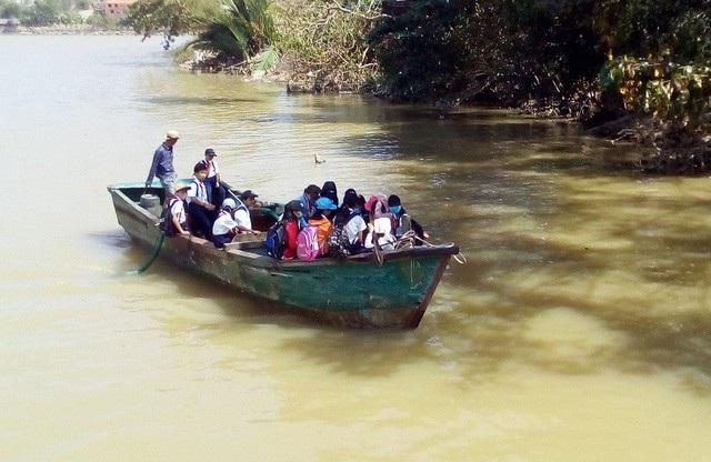 Đò đưa học sinh qua sông Cái Nha Trang đi học khi cầu gỗ Phú Kiểng (xã Vĩnh Ngọc, TP Nha Trang) bị cuốn trôi trước đây do mưa bão