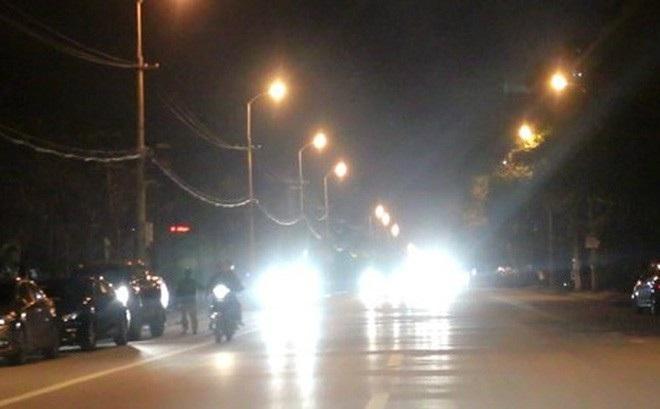 Bật đèn pha khi đi trong phố, bị CSGT phạt 700.000 đồng có đúng không? - Ảnh 1.