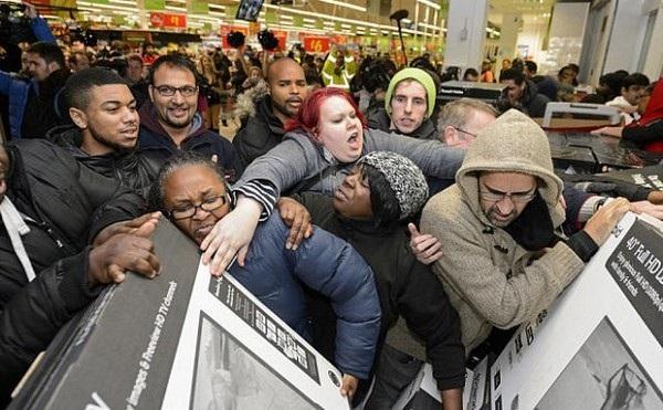 Dù nhiều trang thương mại điện tử cũng đã tham gia bán hàng giảm giá trong ngày Black Friday, nhiều người vẫn lựa chọn cách mua sắm tại các siêu thị và hệ thống bán lẻ (Ảnh minh họa)