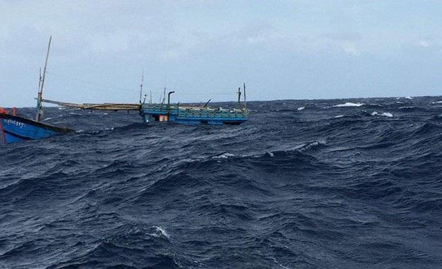 Một tàu cá của ngư dân Quảng Ngãi bị chìm khi đang trên đường vào bờ tránh bão (Ảnh minh họa)