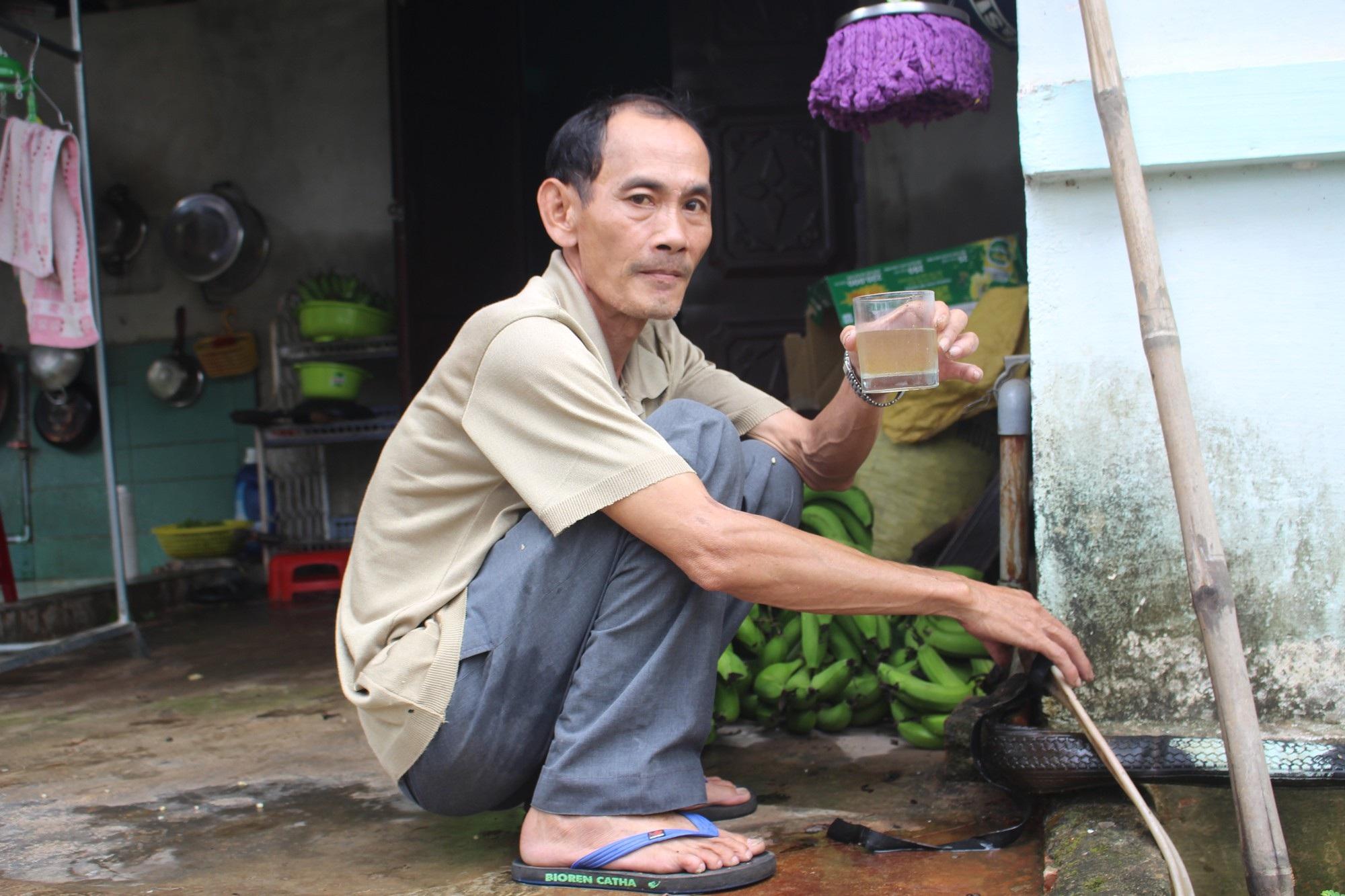 Hàng trăm hộ dân dùng nước nhiễm phèn vàng như nghệ - Ảnh 2.