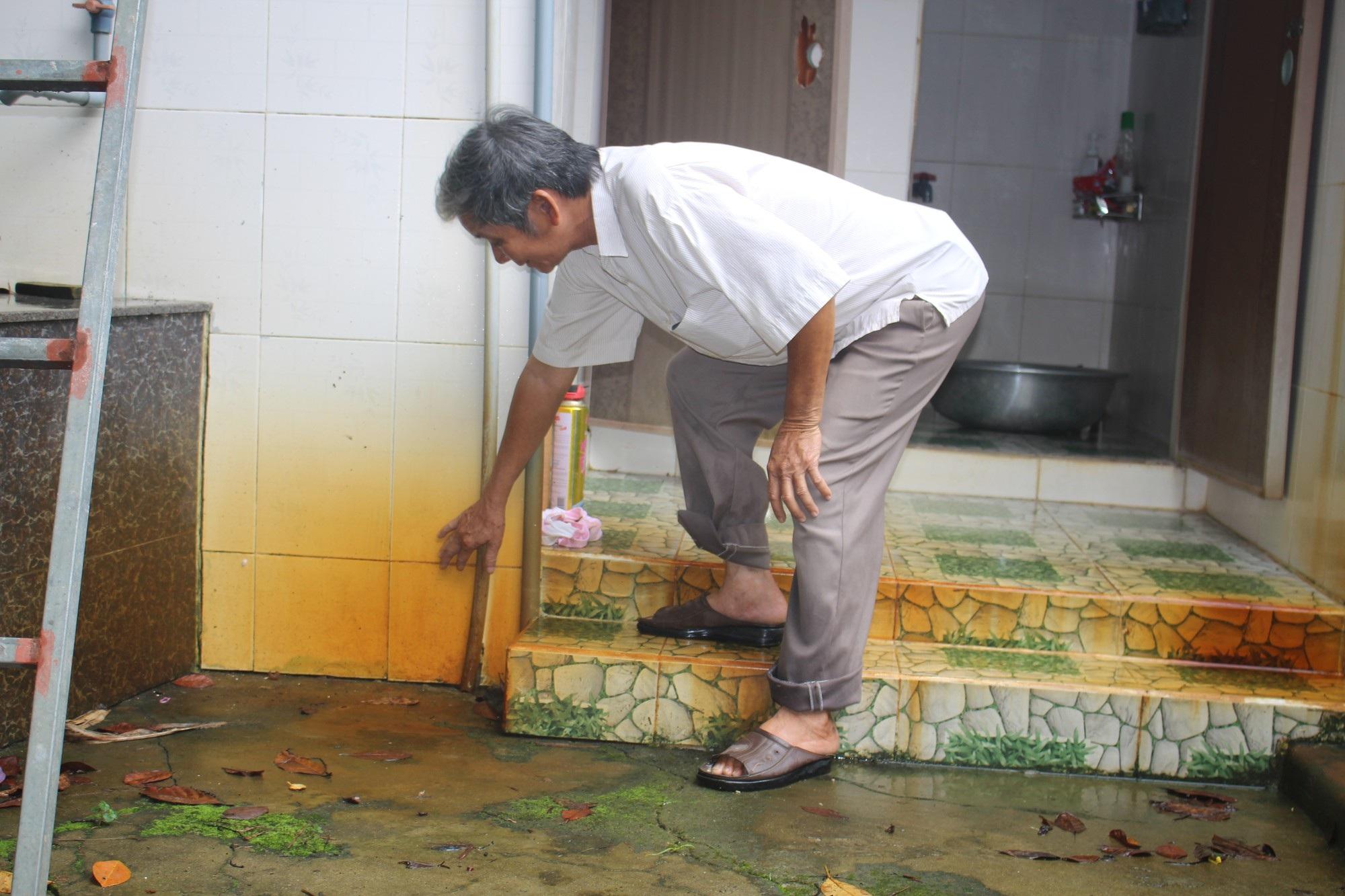 Hàng trăm hộ dân dùng nước nhiễm phèn vàng như nghệ - Ảnh 3.