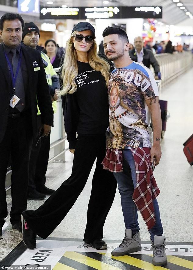 Paris Hilton vui vẻ chụp hình với fans tại sân bay