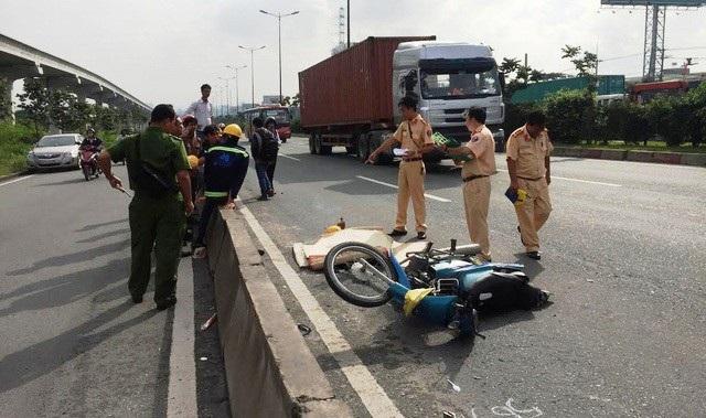 Một vụ TNGT do nạn nhân chạy xe máy vào làn ôtô.