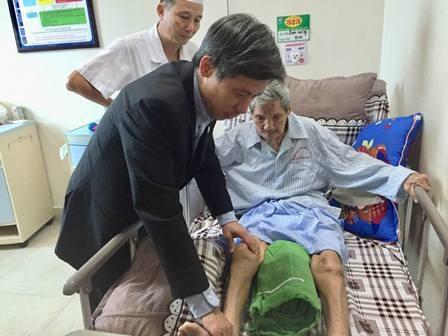 PGS. TS Nguyễn Mạnh Khánh, Phó viện trưởng Viện Chấn thương chỉnh hình BV Hữu Nghị Việt Đức kiểm tra sức khỏe cụ Sỹ