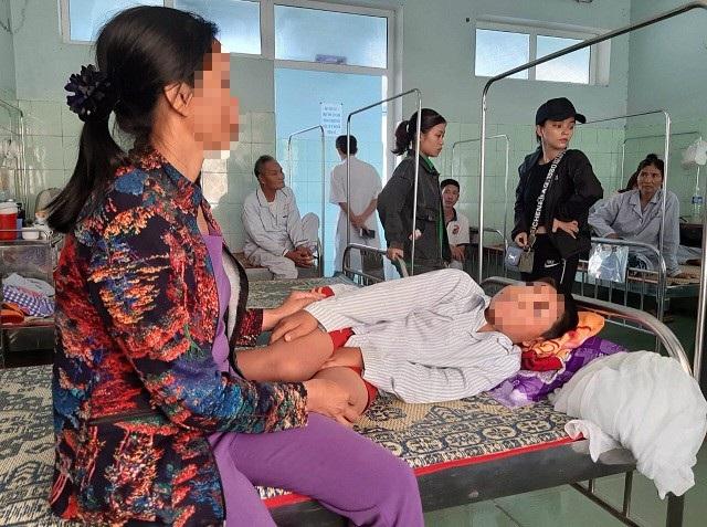 Em N. phải nhập viện điều trị sau vụ việc. (Ảnh: Đặng Tài).
