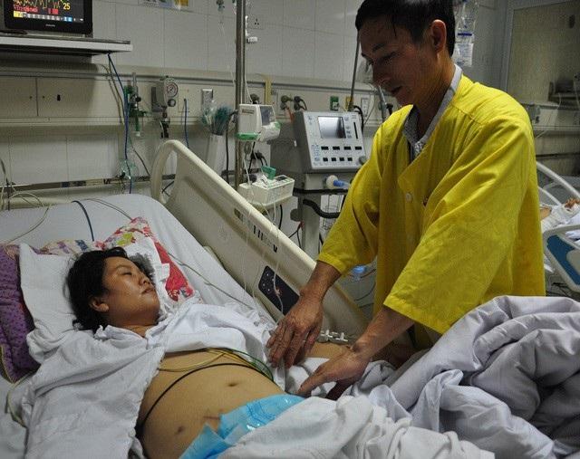 Sau ca mổ sỏi tiết niệu chị Phương bị nhiễm trùng nên tình trạng vô cùng nguy kịch.