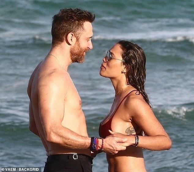 Cặp đôi liên tục trao nhau những cử chỉ tình tứ trên biển