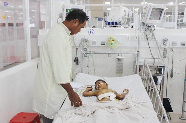 Bệnh nhi C.T.N.H. đang điều trị tại Bệnh viện đa khoa tỉnh Bạc Liêu. (Ảnh: CTV)