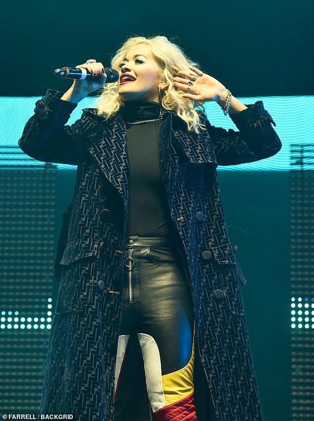 Rita chọn một trang phục ấm áp khác khi lên sân khấu trình diễn