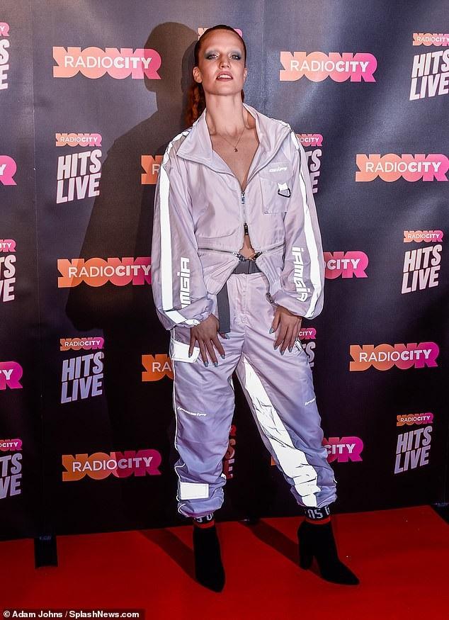 Ca sỹ Jess Glynne trong bộ đồ cá tính