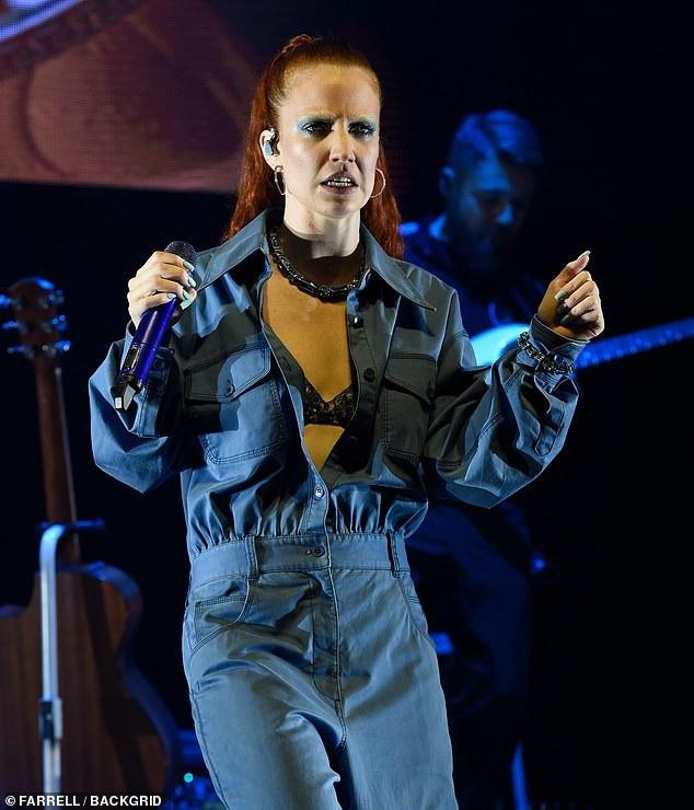 Jess Glynne trình diễn trên sân khấu