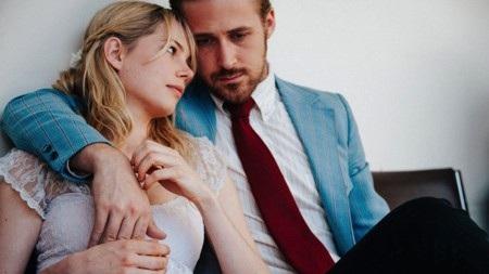 """""""Blue Valentine"""" là một bộ phim hay về tình yêu nhưng cũng đầy buồn thương, tiếc nuối. Theo dõi bộ phim, khán giả sẽ dần nhận ra nét mộng mơ, lãng mạn của tình ái hoàn toàn có thể bị hiện thực phũ phàng bóp nát và có lẽ, chưa khi nào tình yêu trên màn ảnh lại mong manh, dễ vỡ đến vậy."""